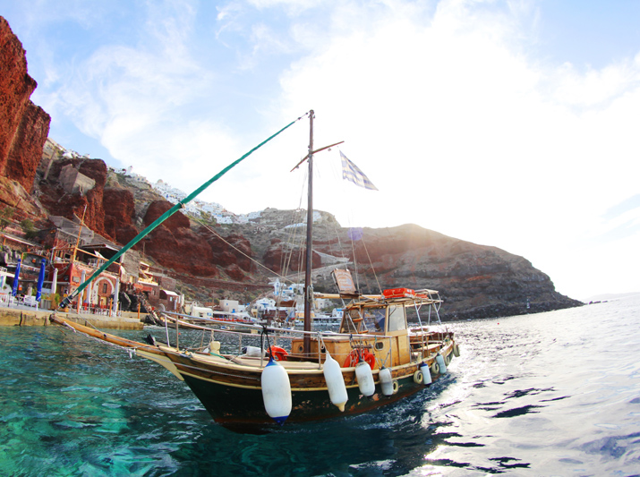 Traditional_greek_boat-oia-santorini-2