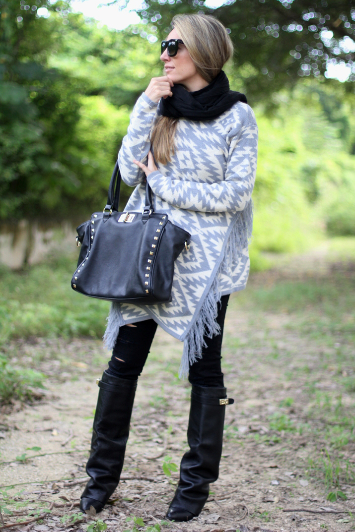 Black and grey outfit with ripped jeans blogger