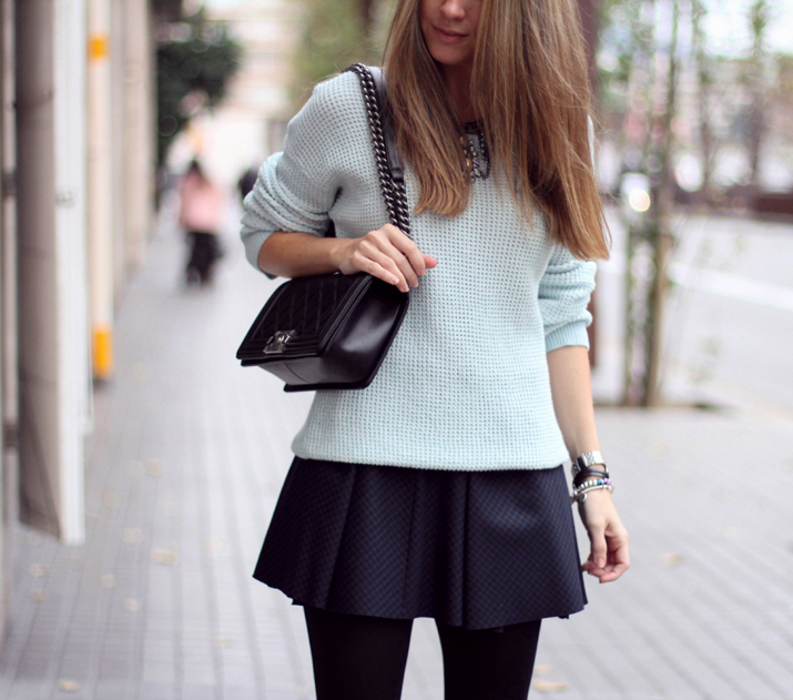 Boy_Chanel-Outfit-Fashion_Blogger-Chanel_bag-Street_Style-Blue_sweater-Buylevard-Shopping_online (20)