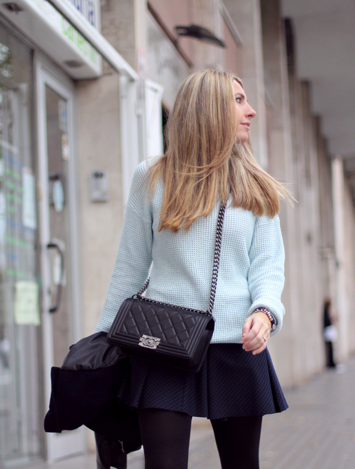 Boy_Chanel-Outfit-Fashion_Blogger-Chanel_bag-Street_Style-Blue_sweater-Buylevard-Shopping_online (29)
