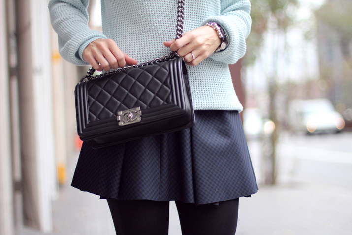 Boy_Chanel-Outfit-Fashion_Blogger-Chanel_bag-Street_Style-Blue_sweater-Buylevard-Shopping_online (30)