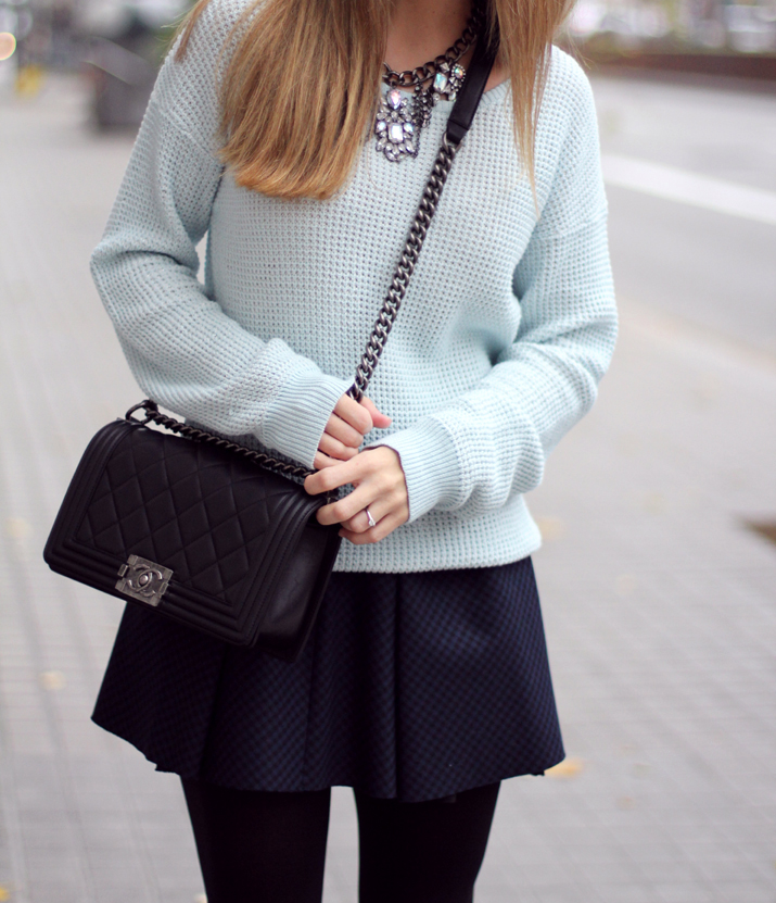 Boy_Chanel-Outfit-Fashion_Blogger-Chanel_bag-Street_Style-Blue_sweater-Buylevard-Shopping_online (32)