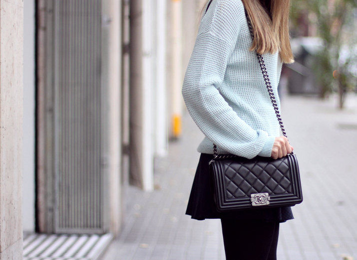 Boy_Chanel-Outfit-Fashion_Blogger-Chanel_bag-Street_Style-Blue_sweater-Buylevard-Shopping_online (33)