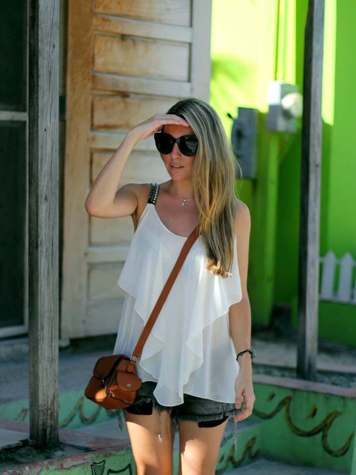 Resort_style-outfit_with_shorts-fashion_blog-blog_de_moda-street_style-san_pedro-Belize (20)