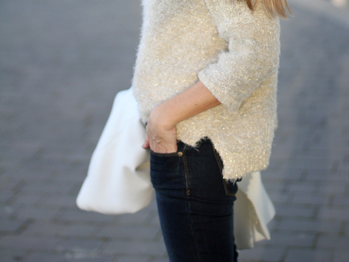 Fashion_blogger_Barcelona-street_style-jeans-sneakers-white_coat (10)