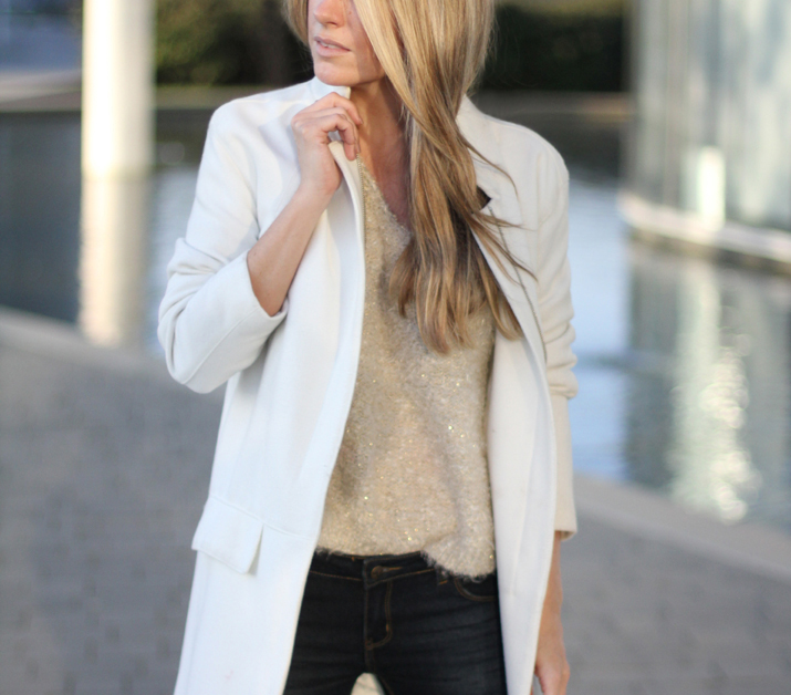 Fashion_blogger_Barcelona-street_style-jeans-sneakers-white_coat (2)1