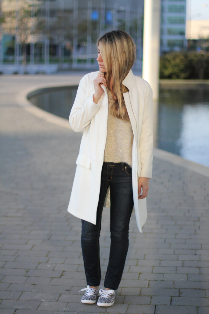 Fashion_blogger_Barcelona-street_style-jeans-sneakers-white_coat (6)