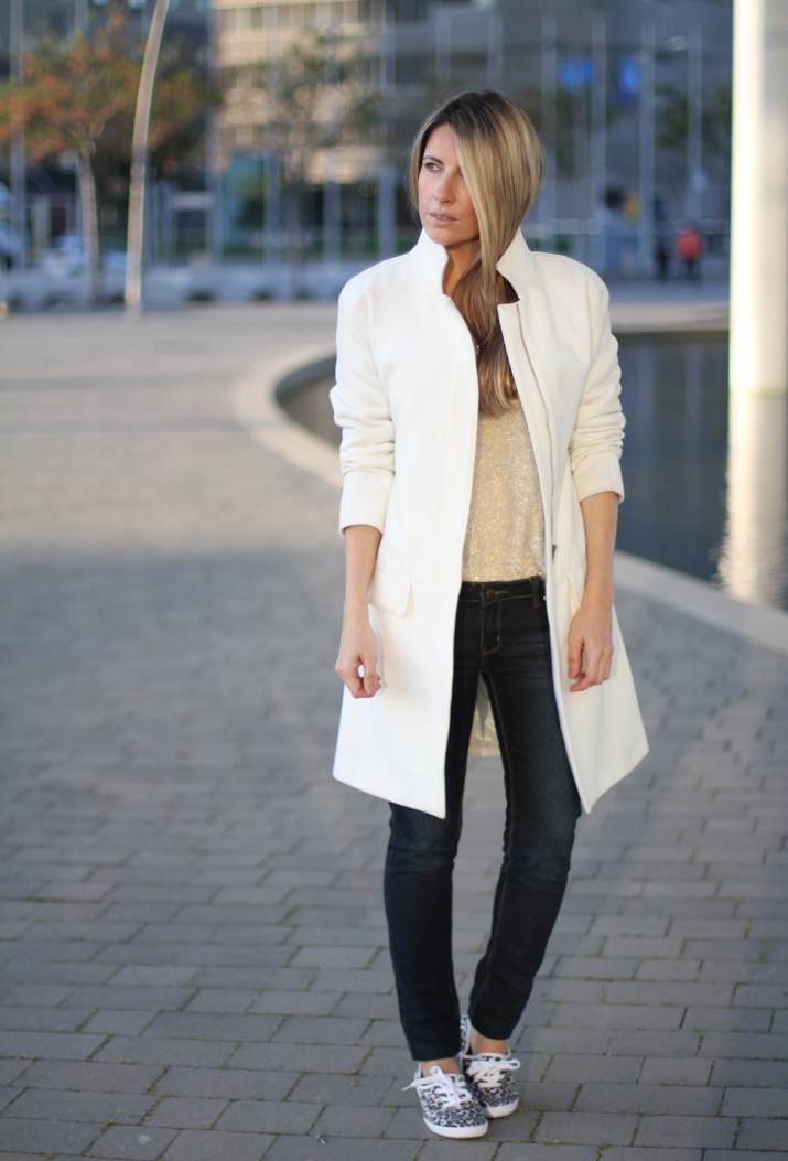 Fashion_blogger_Barcelona-street_style-jeans-sneakers-white_coat (7)