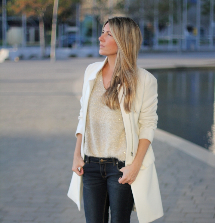 Fashion_blogger_Barcelona-street_style-jeans-sneakers-white_coat (8)