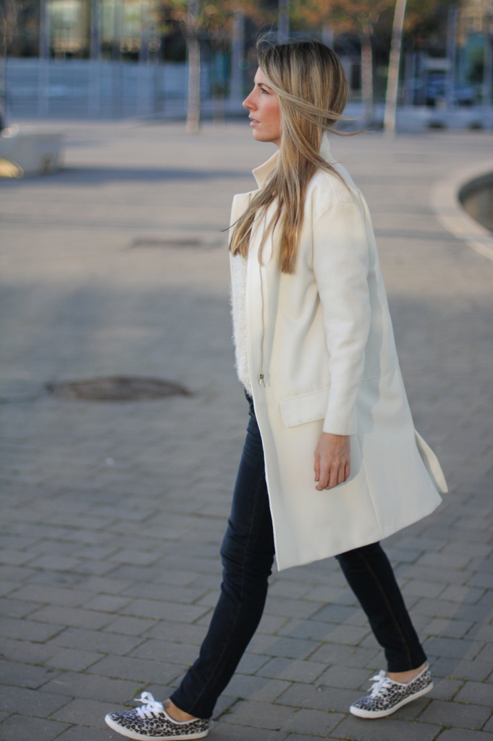 Fashion_blogger_Barcelona-street_style-jeans-sneakers-white_coat (9)