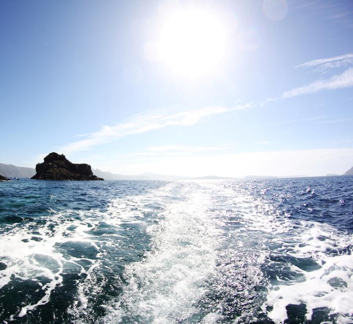 Traditional_greek_boat-oia-santorini (1)