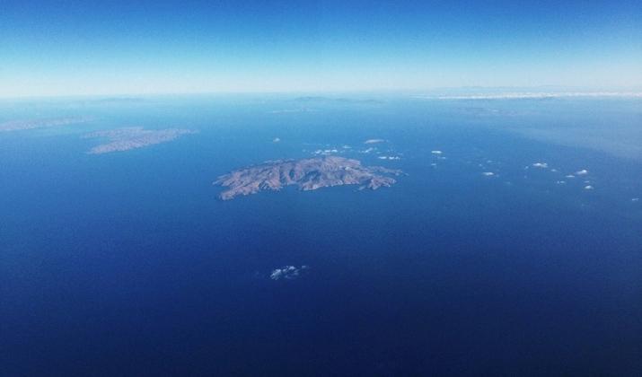 Santorini-honeymoon-blogger-Monica-Sors