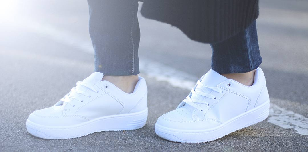 white-sneakers-with-jeans-blogger-BARCELONA-2