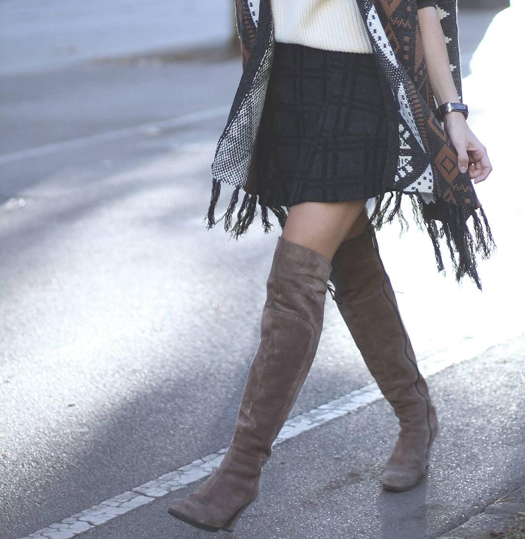 Look-con-capa-y-botas-por-encima-de-la-rodilla-blogger