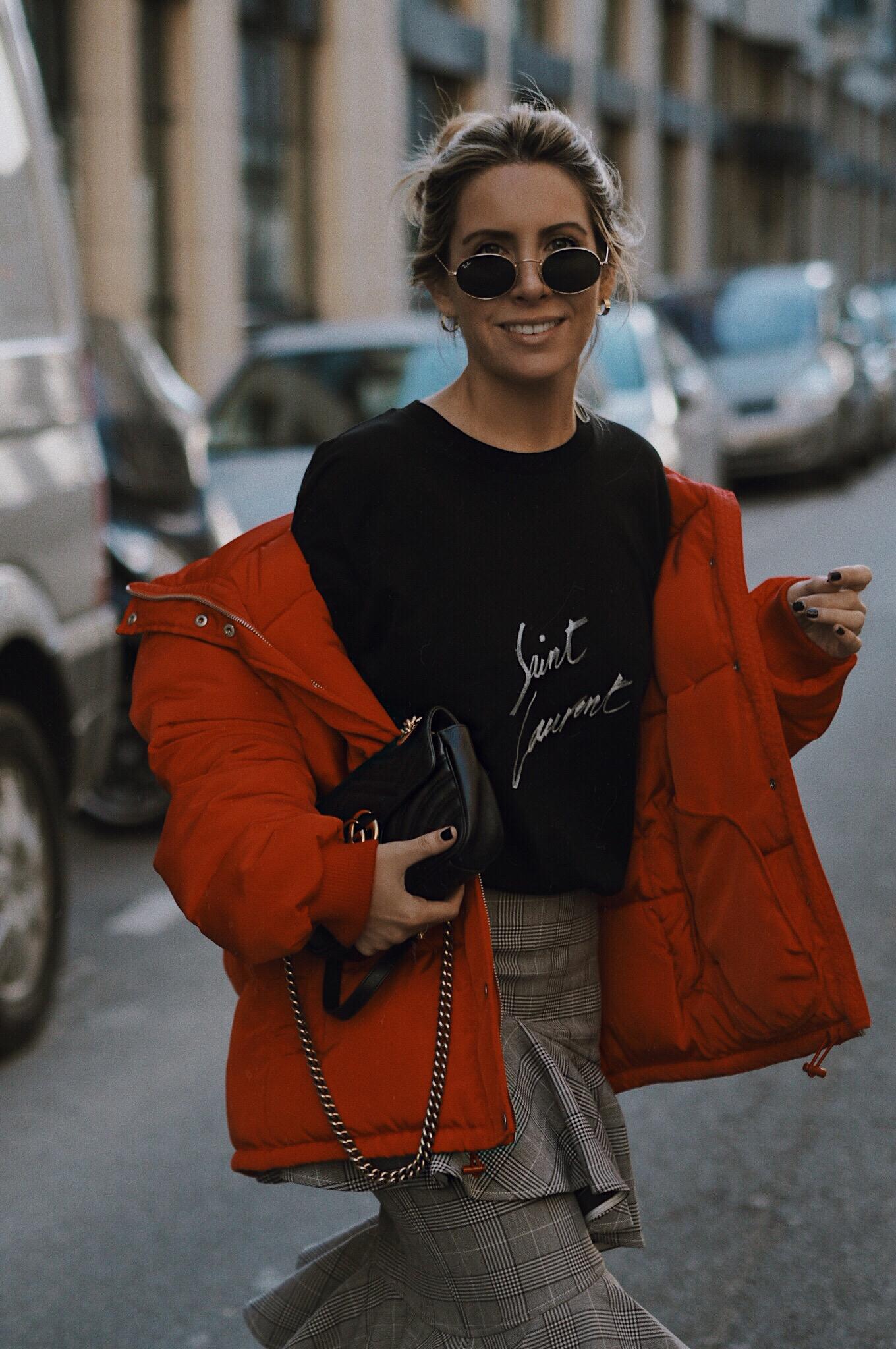abrigo-plumon-como-llevar-un-abrigo-rojo
